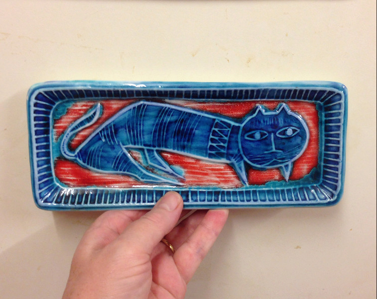 Rectangular pin dish with blue lion and red background - Italy Img_9614