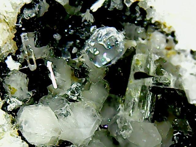 Perles de fluorite trouvées dans des  cavités de matière volcanique Win_2236