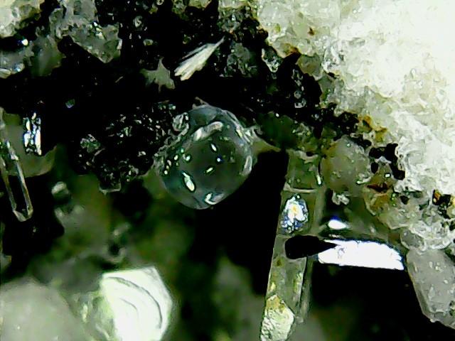 Perles de fluorite trouvées dans des  cavités de matière volcanique Win_2237