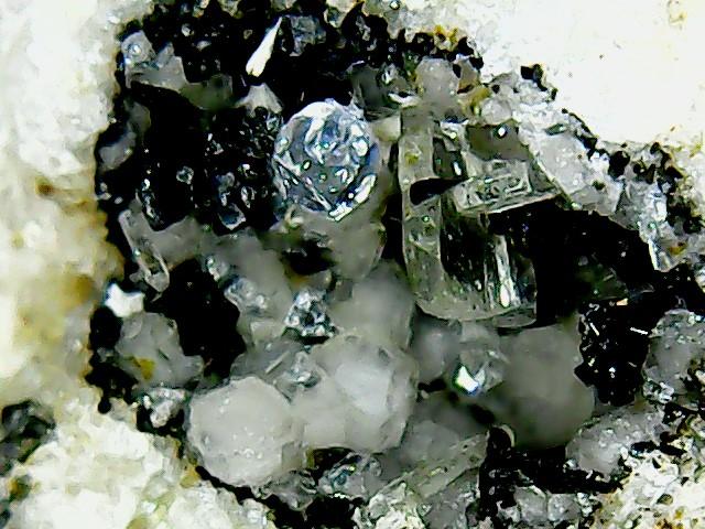 Perles de fluorite trouvées dans des  cavités de matière volcanique Win_2241