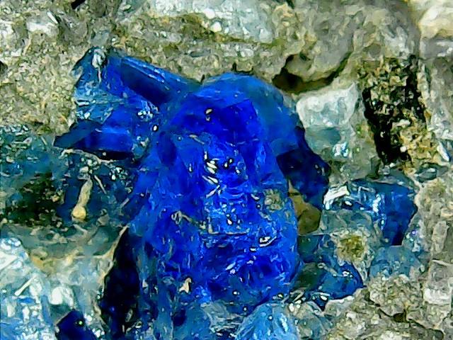 Perles de fluorite trouvées dans des  cavités de matière volcanique Win_2244