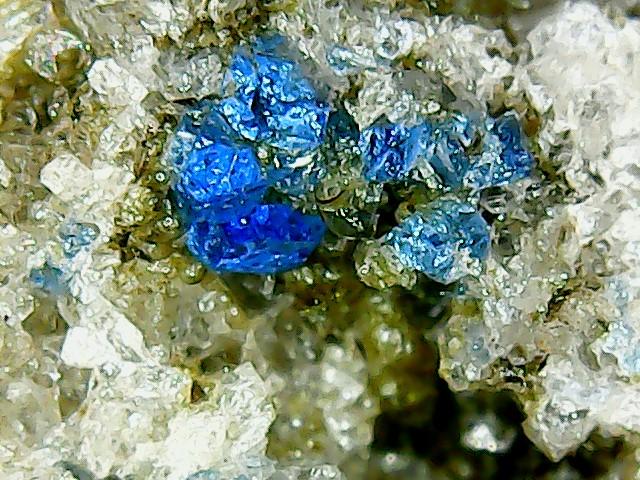 Perles de fluorite trouvées dans des  cavités de matière volcanique Win_2246
