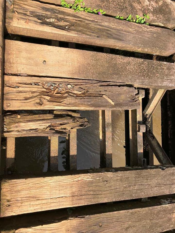 Hummer H2 du Club Humerbox dans les monts Crystal en pleine brousse du Gabon sur un pont en bois dans un état à frissonner pour faire passer ce mastodonte de presque 4 Tonnes  !!! 32547710