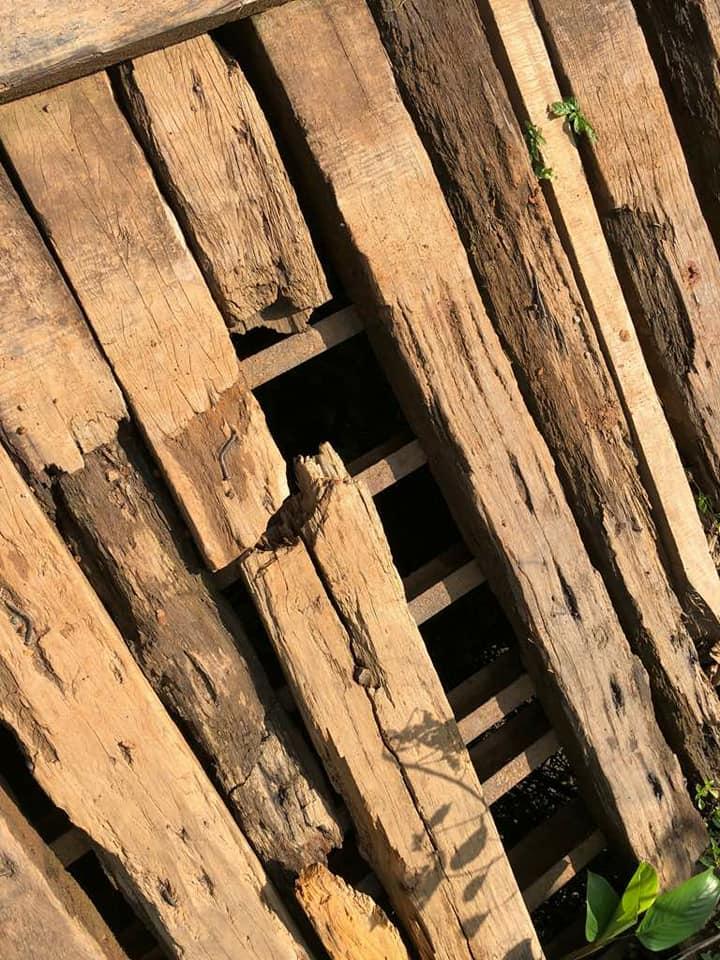 Hummer H2 du Club Humerbox dans les monts Crystal en pleine brousse du Gabon sur un pont en bois dans un état à frissonner pour faire passer ce mastodonte de presque 4 Tonnes  !!! 32560310