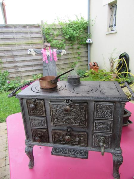 La toute vieille petite cuisinière... Elle fume, elle chauffe!!! Img_1139