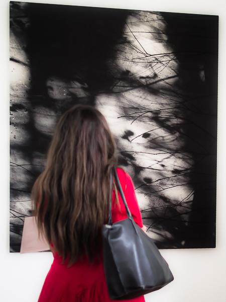Exposition d'un artiste spécialisé en N&B avec des spectateurs en couleurs Photo_10