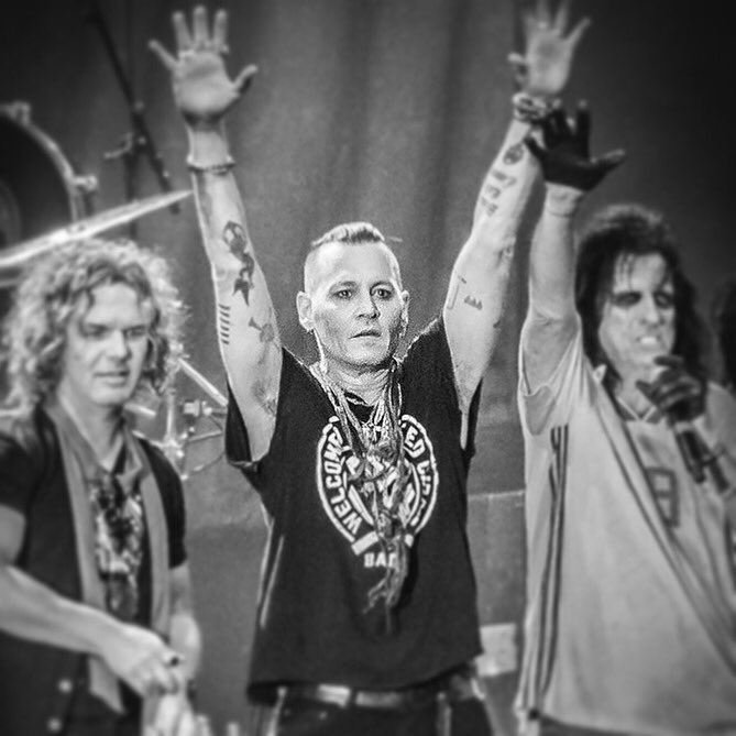 Le groupe Hollywood Vampires . - Page 28 Dfj-q910
