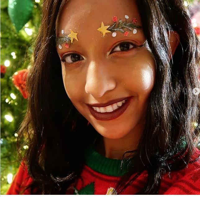 La nouvelle tendance des fêtes ? Les sourcils sapin de Noël ! Screen10