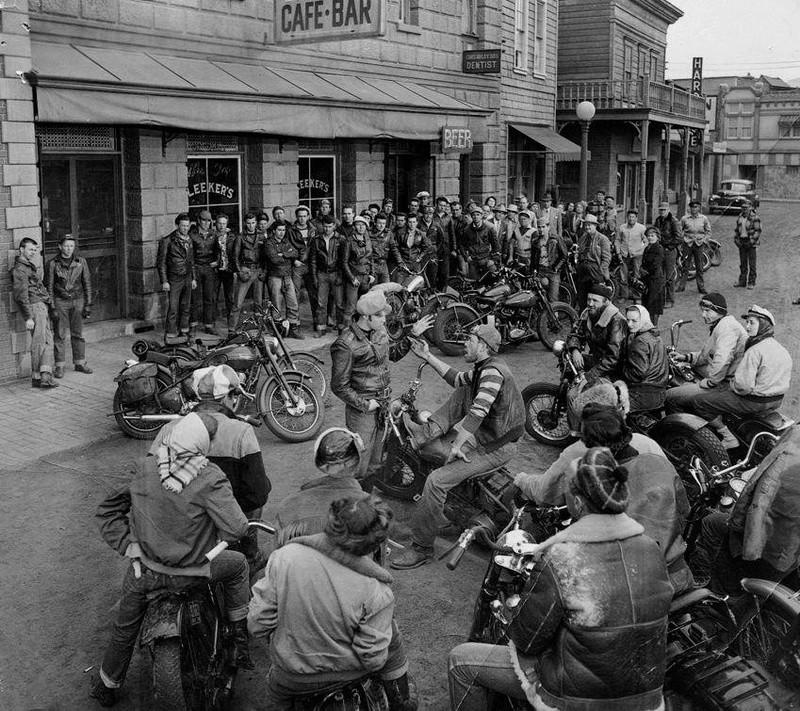 Ils ont posé avec une Harley, principalement les People - Page 20 21766411