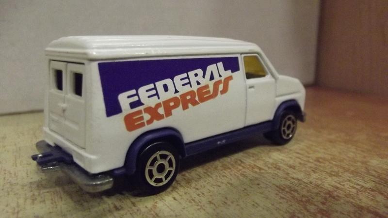 Fourgon Fédéral Express.(Fedex) Dscf2412