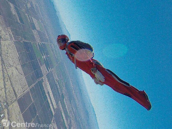 Le sportif de l'extrême a battu le record du monde avec 216 autres parachutistes 34816110