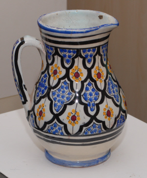 White glazed painted earthenware jug, signed CAVI? - Safi, Morocco?  Dsc_7415