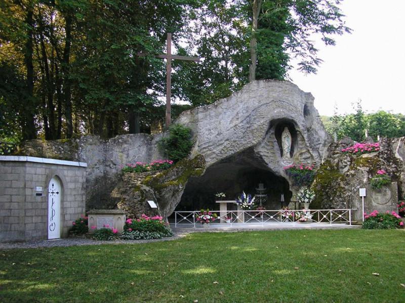 Les répliques de la grotte de Lourdes - Page 3 Le-mes10