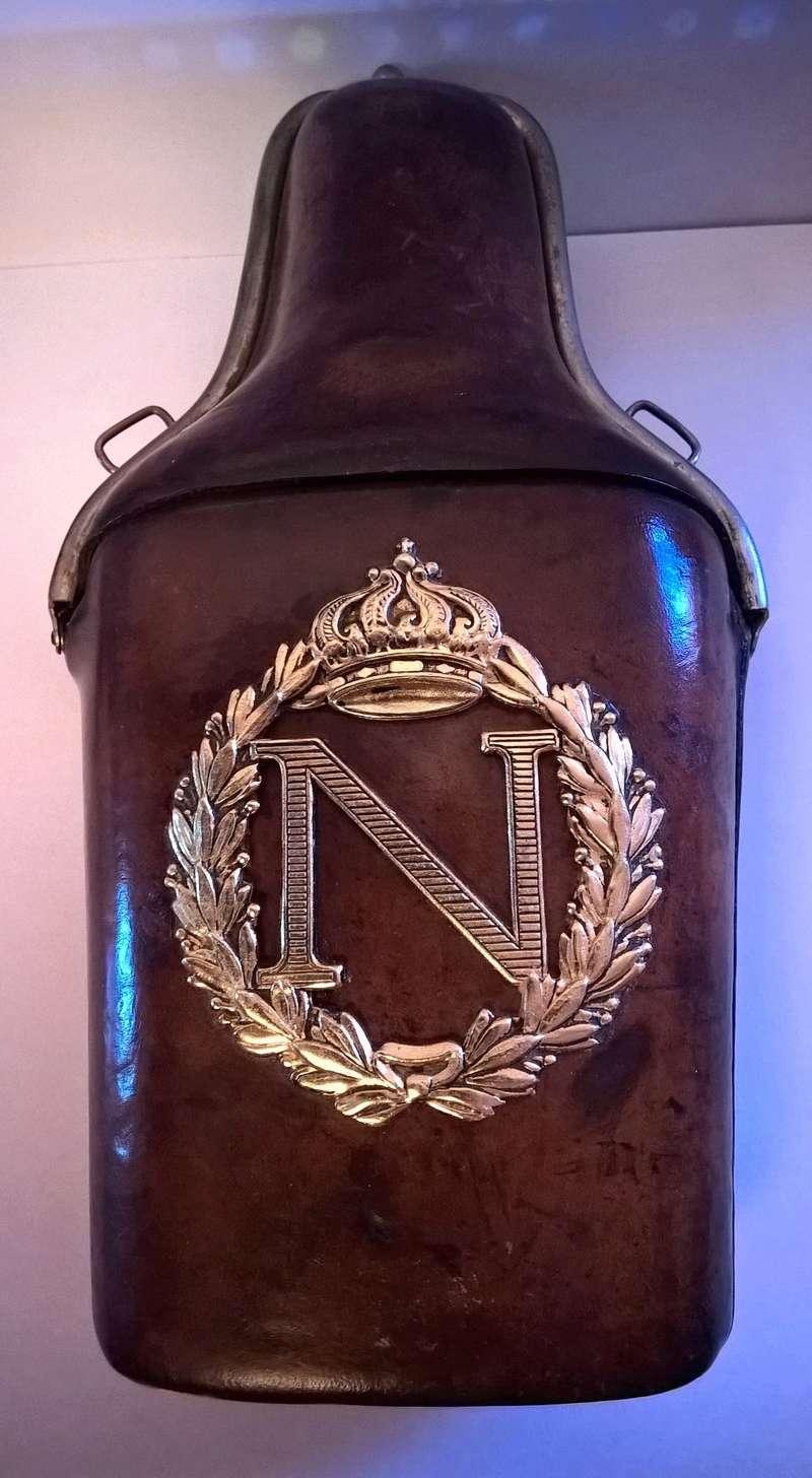 flasque recouverte de cuir avec N couronné Wp_20132
