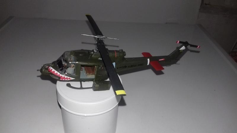 Hélicoptère UH-1C Huey 2111