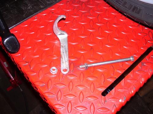 A quoi sert la clef plate qui se trouve sous la selle A152