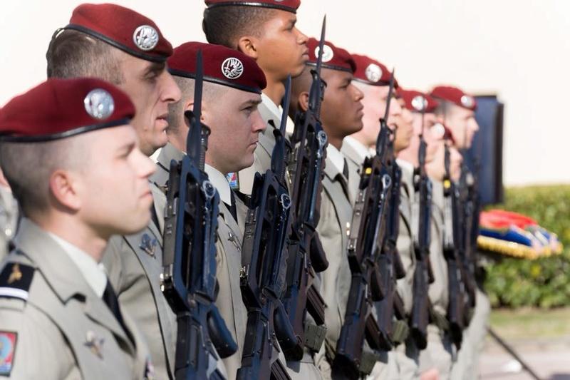 23 chasseurs parachutistes entrent dan la grande famille du 1er para 28685410
