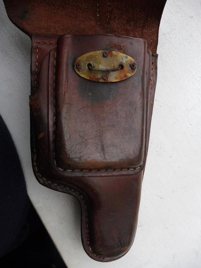 Un bel étui de pistolet à identifier P1040018
