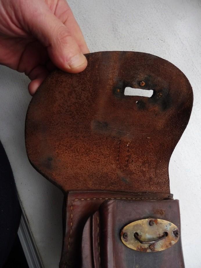 Un bel étui de pistolet à identifier P1040019