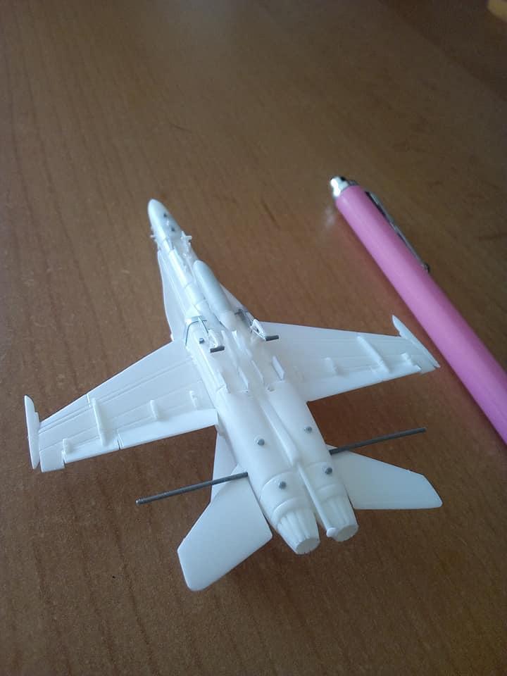 McDONNELL-DOUGLAS F/A 18A HORNET 1/144ème Réf 52312 32105510