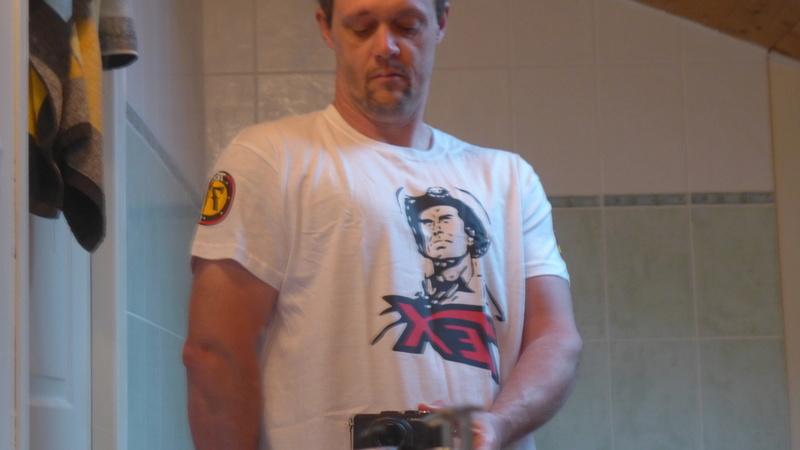Tex attaché au totem des Navajos + tee shirt 70 ans P1020211