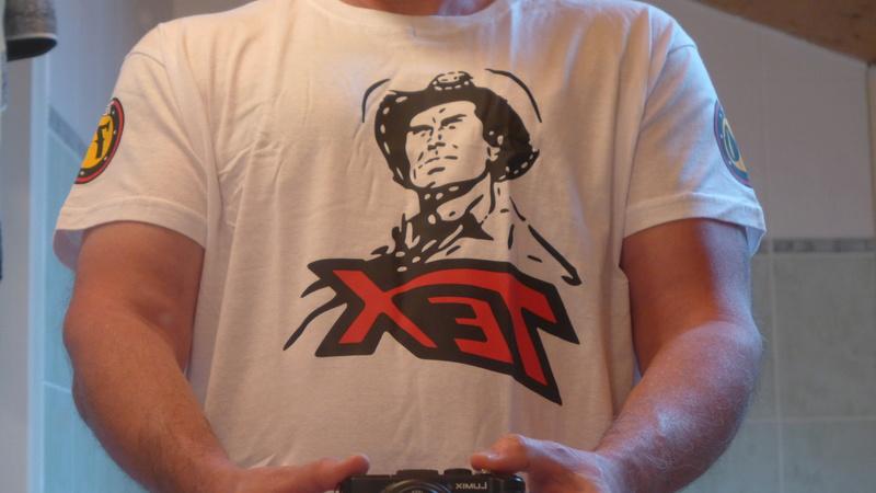 Tex attaché au totem des Navajos + tee shirt 70 ans P1020212