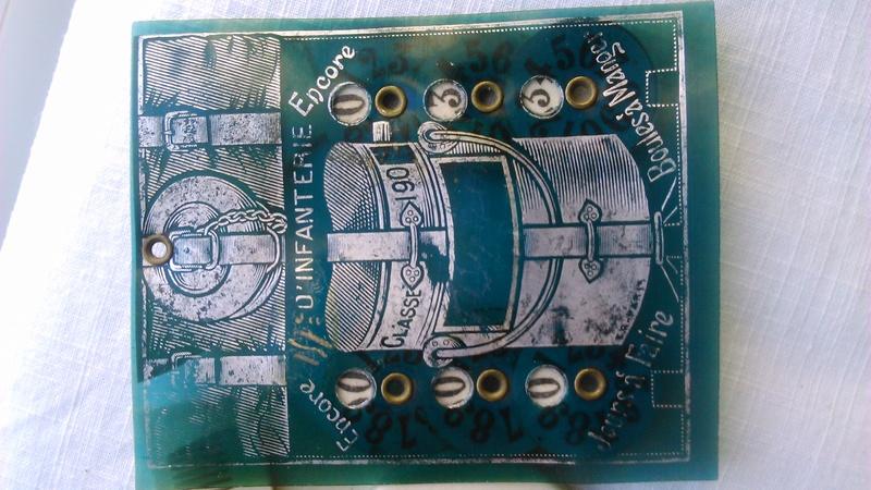 Un calendrier avec peigne et miroir. Dsc_2535