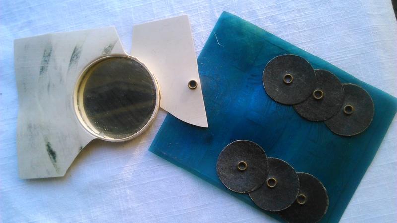 Un calendrier avec peigne et miroir. Dsc_2536