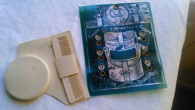 Un calendrier avec peigne et miroir. Dsc_2537
