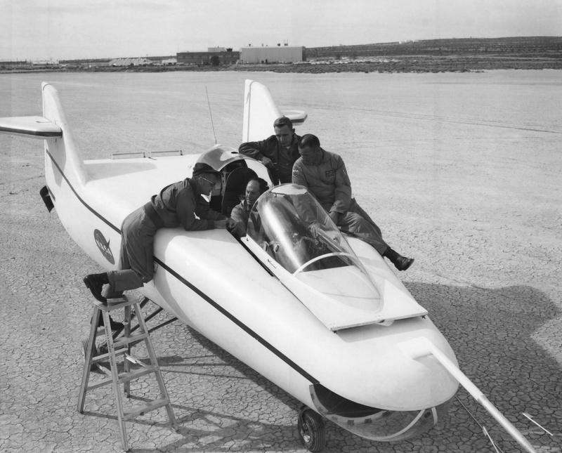 Avions 1950's, futuristes et vaisseaux spaciaux - Vintage Spaceships, Starships and futuristic planes.  - Page 2 32848210