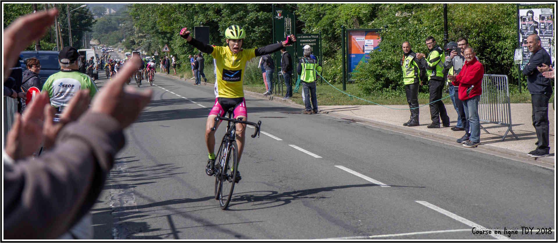 photo des récompenses + celle de l'arrivée du vainqueur de la course en ligne TDY 2018 Arrive11