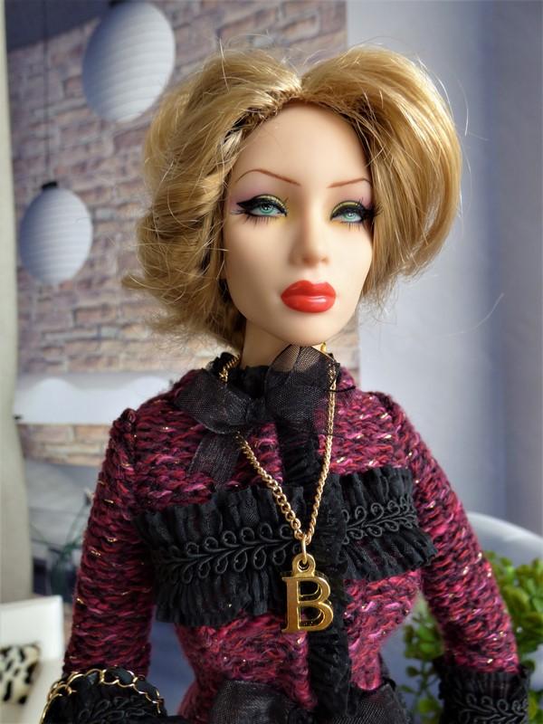 Brittany en tenue de style Chanel 07_bri10
