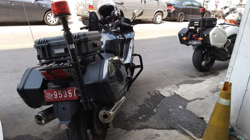 Une FJR police de Bangkok Img_2012