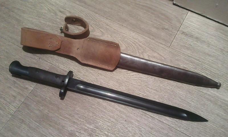 Baîonnette Mauser Pérou 1935 et Vergueiro M04-39 et bretelles. Photo185