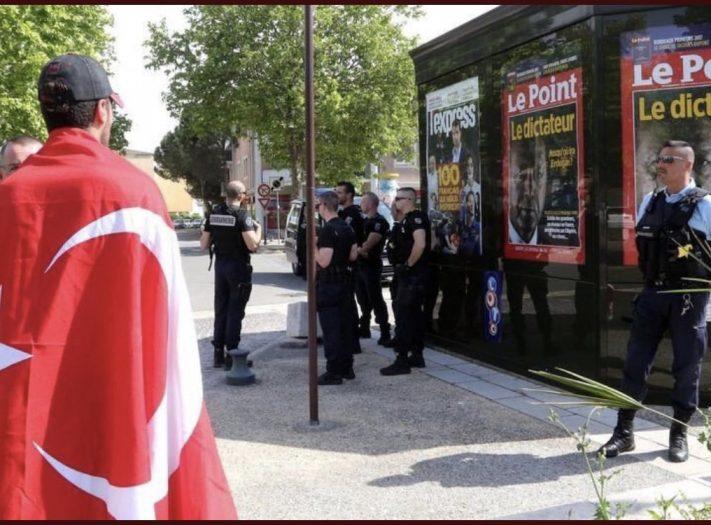 """أنصار أردوغان في باريس يهاجمون مجلة """"لوبوان"""" Demepd10"""