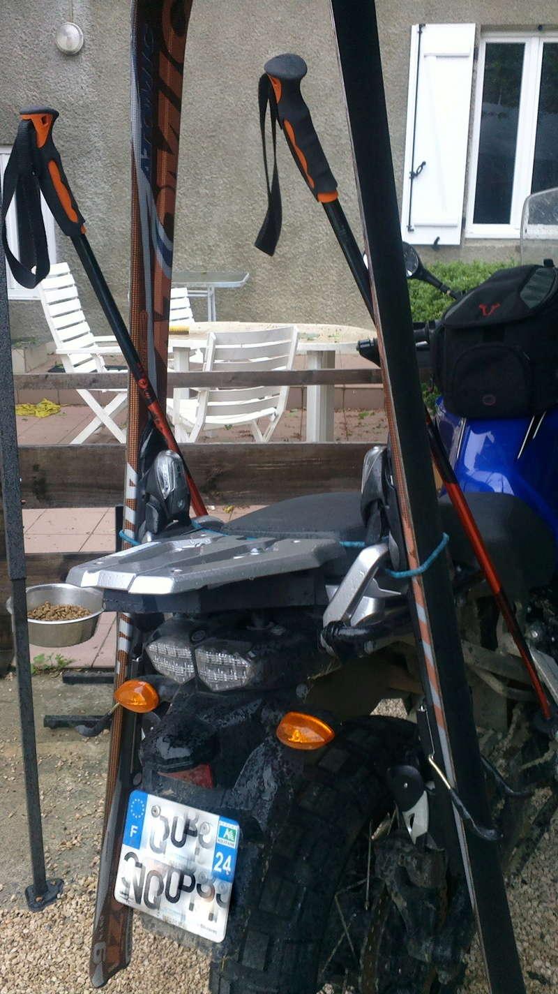 Transport une paire de ski à moto.  2015-011