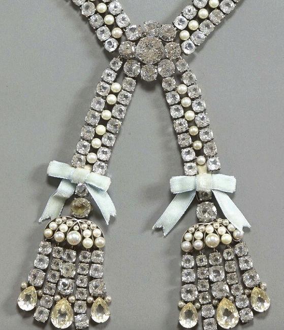 Le collier dit de la reine Marie-Antoinette (L'affaire du collier de la reine), et ses répliques Captu462