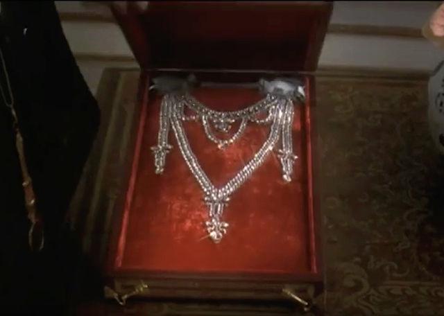 Le collier dit de la reine Marie-Antoinette (L'affaire du collier de la reine), et ses répliques Captu463