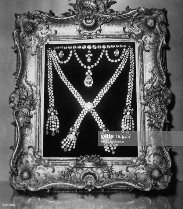 Le collier dit de la reine Marie-Antoinette (L'affaire du collier de la reine), et ses répliques Captu464
