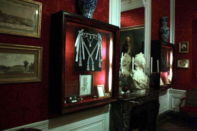 Le collier dit de la reine Marie-Antoinette (L'affaire du collier de la reine), et ses répliques Chatea14
