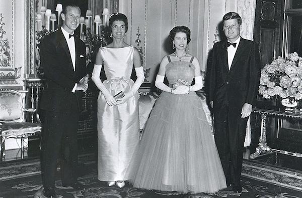 Série The Crown : le règne de la reine Elisabeth II - Page 3 Lee-ra10