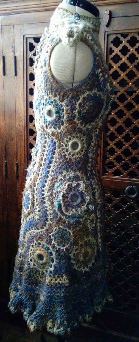FREE FORM CROCHET à partir de Toison brute de Mouton : Robe en Laine Couleurs douces délicates Bleues Beiges Ecrues Coton perlé  Lama_910