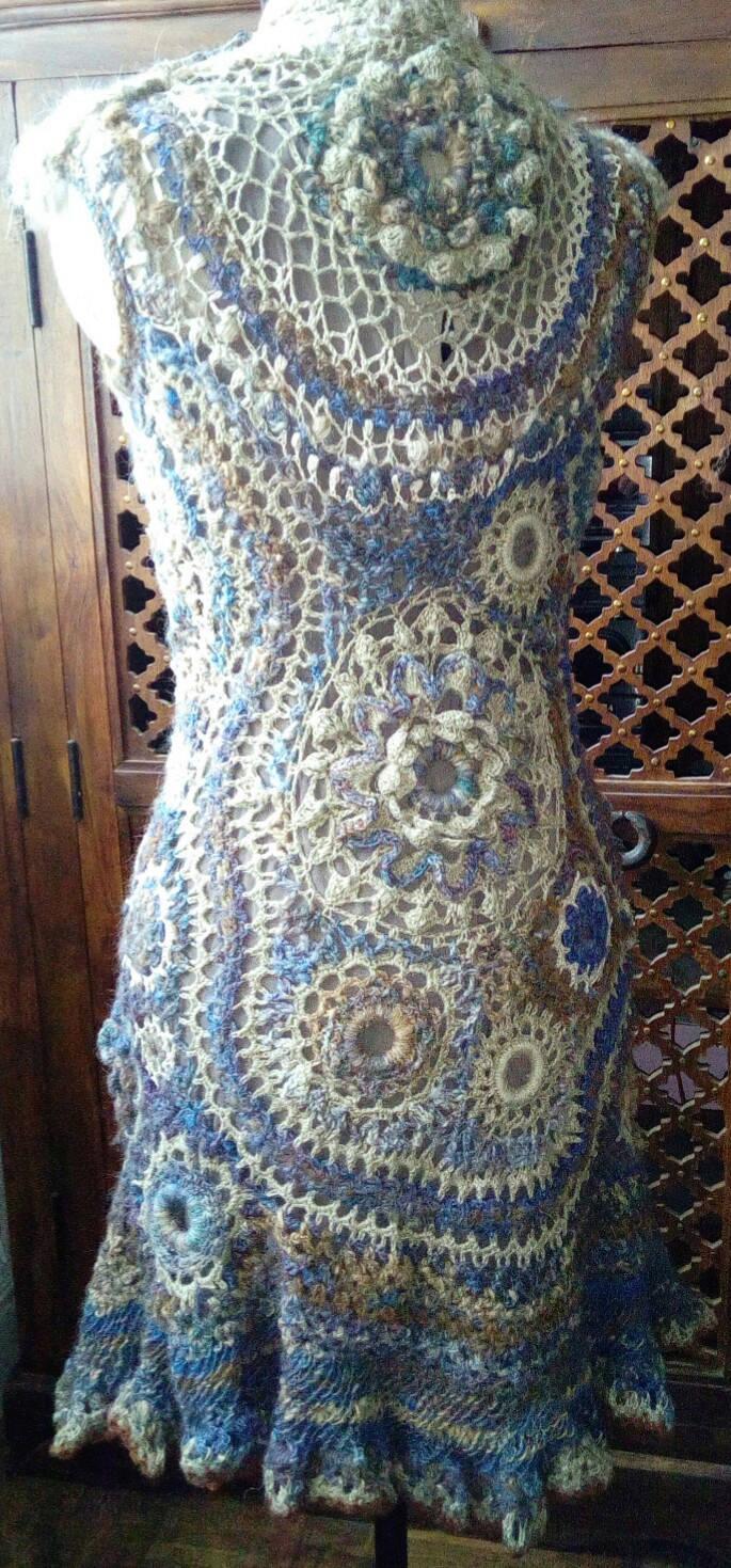 FREE FORM CROCHET à partir de Toison brute de Mouton : Robe en Laine Couleurs douces délicates Bleues Beiges Ecrues Coton perlé  Lama_914