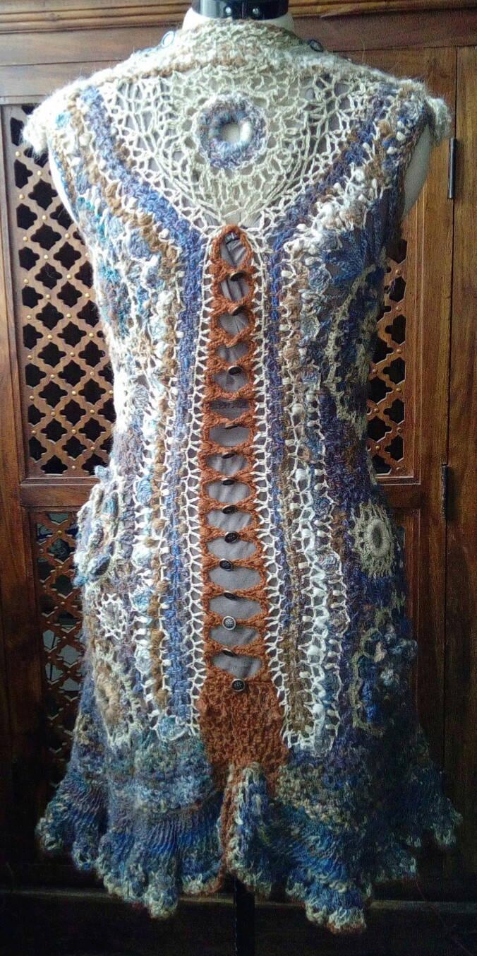 FREE FORM CROCHET à partir de Toison brute de Mouton : Robe en Laine Couleurs douces délicates Bleues Beiges Ecrues Coton perlé  Lama_915