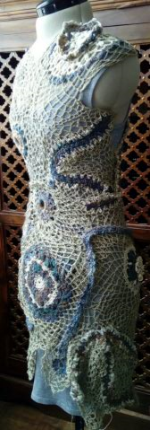 FREE FORM CROCHET à partir de Toison brute de Mouton : Robe en Laine Couleurs douces délicates Bleues Beiges Ecrues Coton perlé  Lin_c10