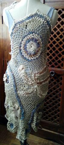 FREE FORM CROCHET à partir de Toison brute de Mouton : Robe en Laine Couleurs douces délicates Bleues Beiges Ecrues Coton perlé  Lin_f10
