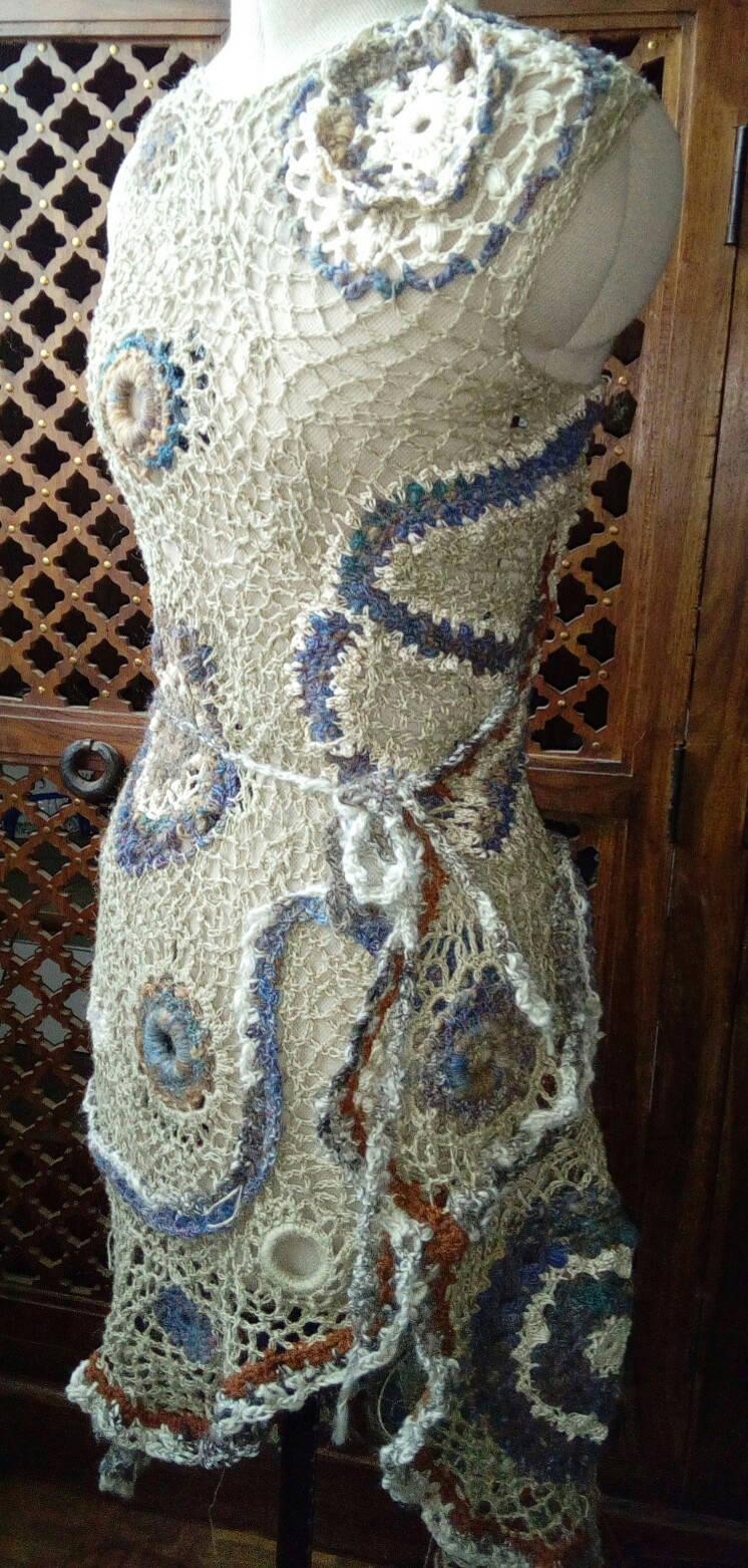FREE FORM CROCHET à partir de Toison brute de Mouton : Robe en Laine Couleurs douces délicates Bleues Beiges Ecrues Coton perlé  Lin_i10