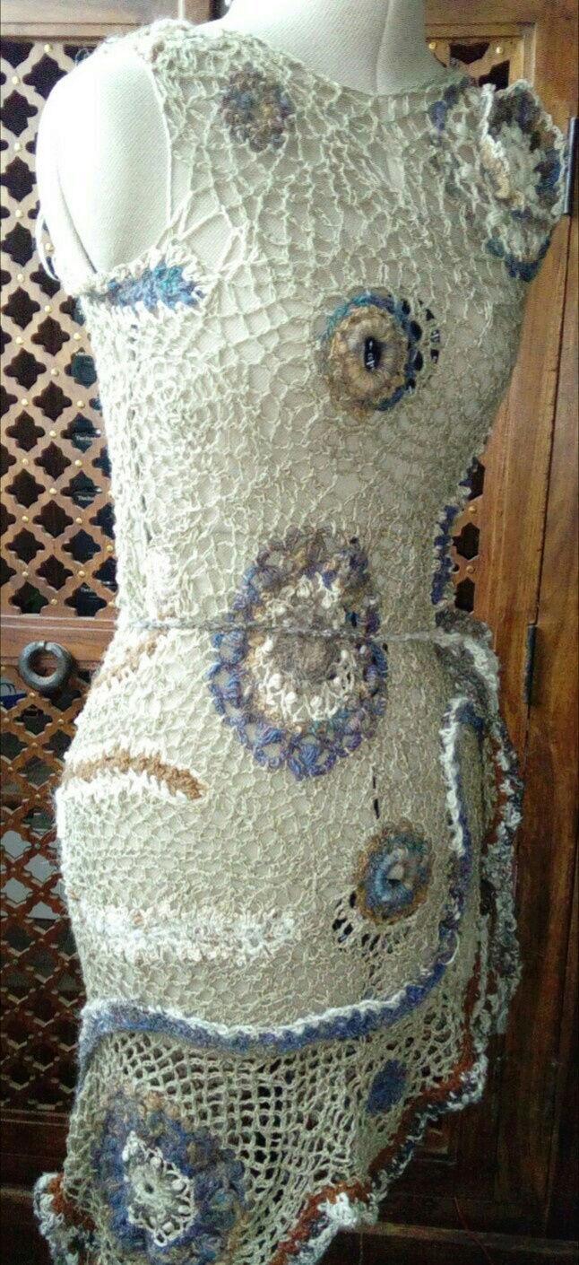FREE FORM CROCHET à partir de Toison brute de Mouton : Robe en Laine Couleurs douces délicates Bleues Beiges Ecrues Coton perlé  Lin_j10