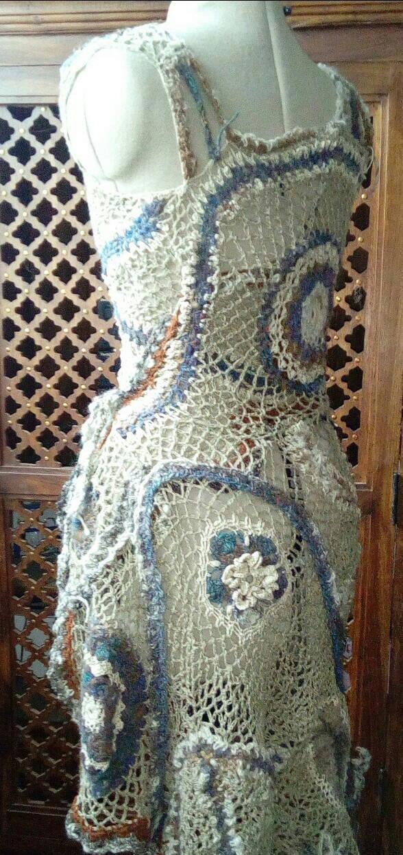 FREE FORM CROCHET à partir de Toison brute de Mouton : Robe en Laine Couleurs douces délicates Bleues Beiges Ecrues Coton perlé  Lin_l10
