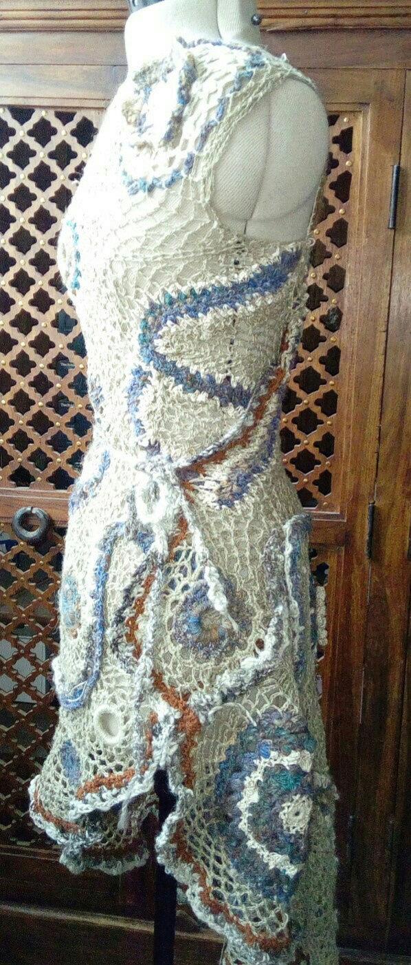 FREE FORM CROCHET à partir de Toison brute de Mouton : Robe en Laine Couleurs douces délicates Bleues Beiges Ecrues Coton perlé  Lin_m_10